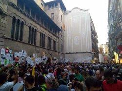 Empaperen la Paeria de Lleida amb cartells a favor del referèndum de l'1-O (ACN)