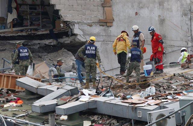 Trabajos de rescate en edificio destruido por el terremoto en Ciudad de México