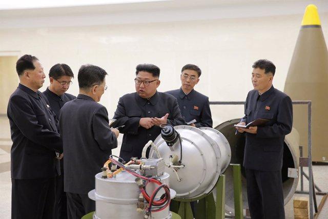 Kim Jong Un inspecciona una bomba de hidrógeno
