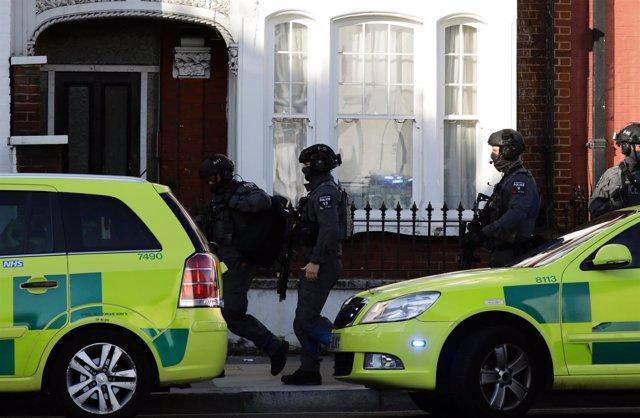 Policías cerca de la estación de metro de de Parsons Green en Londres