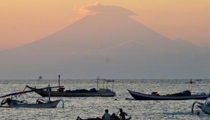 Evacuadas en Indonesia miles de personas por el riesgo de erupción de un volcán en el este de Bali
