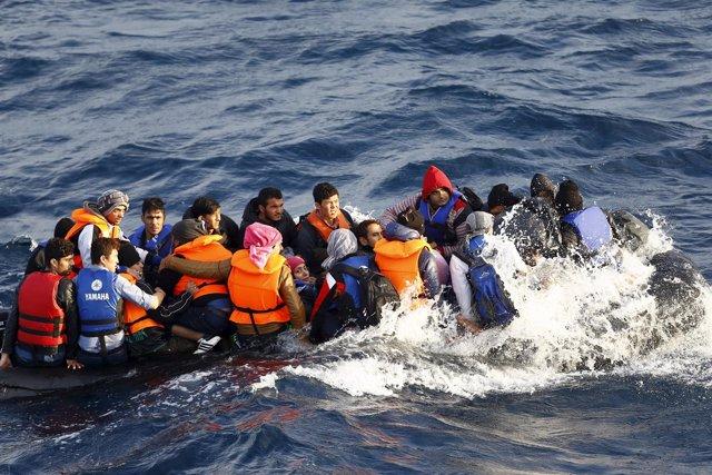 Imagen de archivo de una lancha con inmigrantes