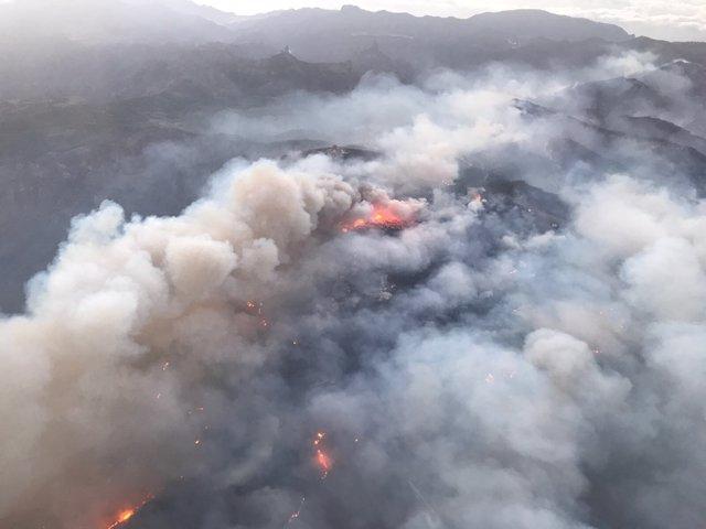 Fuego que afecta a Gran Canaria desde el helicóptero de la Guardia Civil