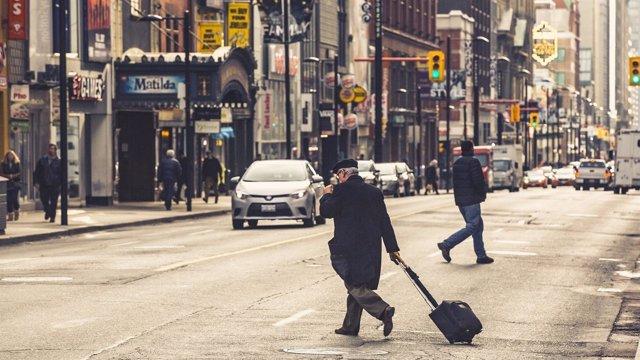 Ciudad, hombre andando