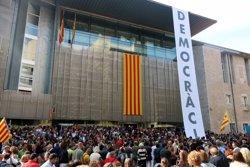 Mil persones es concentren davant la Generalitat a Girona i despengen una gran pancarta a la façana clamant 'Democràcia' (ACN)