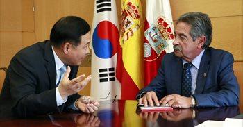"""Revilla destaca la oportunidad para Cantabria de la """"excelente"""" relación de España con Corea del Sur"""