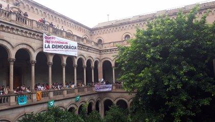 Estudiantes ocupan el edificio histórico de la UB por el referéndum