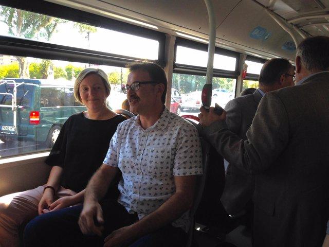 María José Salvador y Giuseppe Grezzi, en un bus de la EMT por el Día Sin Coche