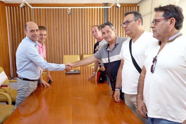 Echávarri junto a Bellido estrecha la mano a los trabajadores de la UTE