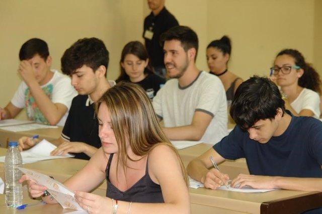 Alumnos realizan selectividad en Huelva.