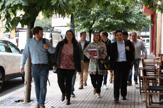 Representantes de la candidatura 'La izquieda en marcha' entregan los avales.