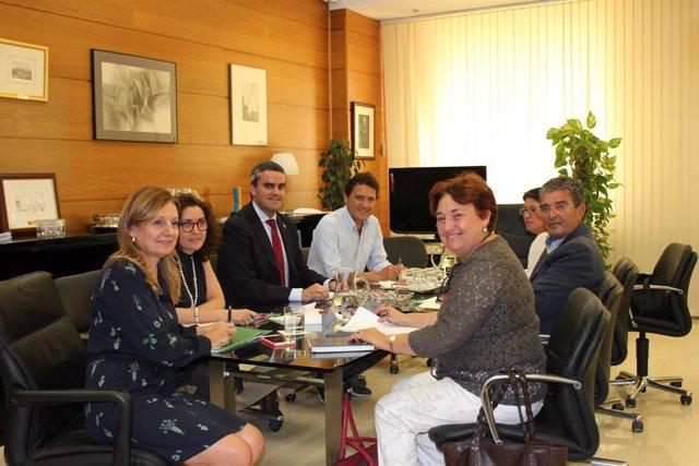 Consejera de Salud y alcalde de Vejer reunidos por el HARE