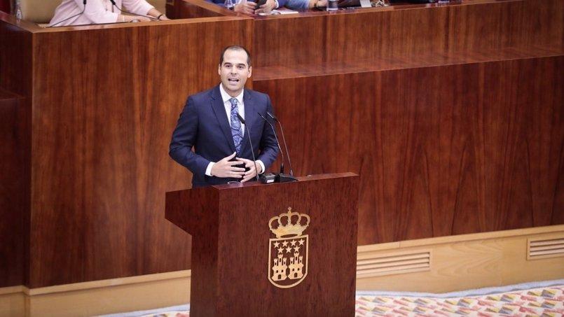 """Cs dice que """"España no se defiende con un pin"""" de la bandera e insta a PP a apoyar la moción de censura a Puigdemont"""
