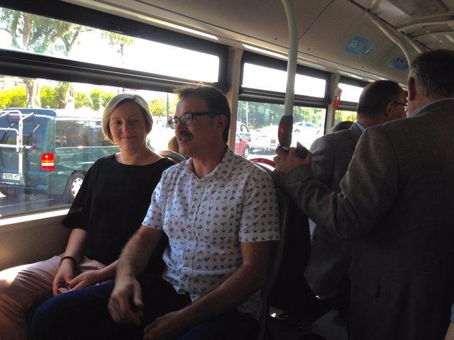 María José Salvador i Giuseppe Grezzi, en un bus de l'EMT pel Dia Sense Cotxe