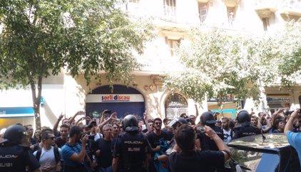 La Policía disparó balas de fogueo para abrirse paso entre los independentistas que protestaban ante la sede de la CUP