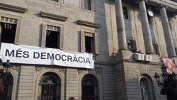 L'Ajuntament de Barcelona penja al balcó una pancarta que demana 'Més democràcia' (EUROPA PRESS)
