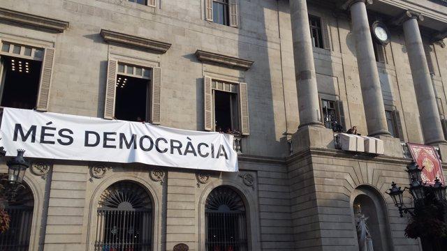 Pancarta a l'Ajuntament de Barcelona