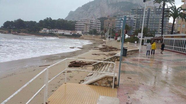 Efectes del temporal en el passeig amb el Penyal d'Ifach al fons