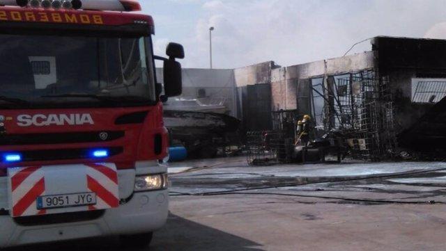 Bomberos extinguen un incendio en los astilleros de Carboneras