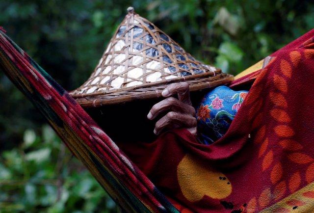 Una anciana rohingya llega a Bangladesh