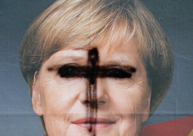 Cartel mutilado de la canciller alemana Angela Merkel