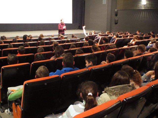 Escolares asisten a una sesión cinematográfica en la Filmoteca de Andalucía