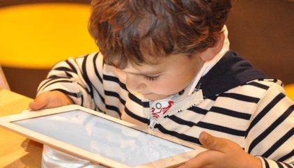 Estos son los principales riesgos de usar tabletas en el colegio para niños y padres