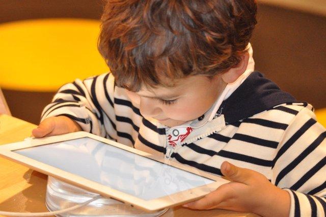 Niño usando una tablet