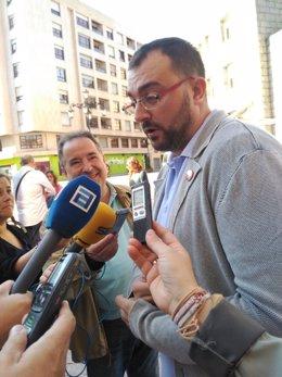 Adrián Barbón atiende a los medios de comunicación.