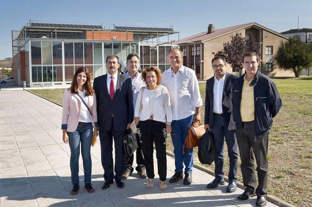 Los miembros de la delegación turca con responsables de FP en Imárcoain.