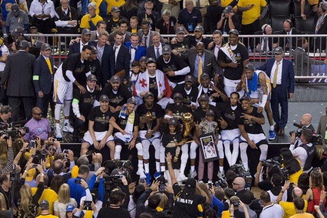 Los Warriors posan con su trofeo de campeones de la NBA 16-17