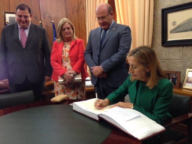 Ana Pastor firma en el libro de honor del Ayuntamiento de Jaén
