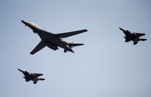 Bombardero estadounidense B-1B con sus escoltas