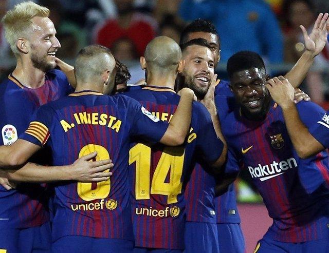 Los jugadores del FC Barcelona felicitan a Jordi Alba tras el 0-1