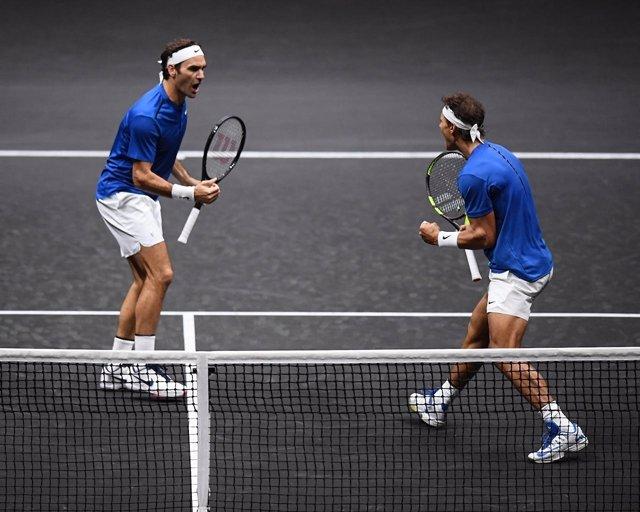 Federer y Nadal celebran un punto