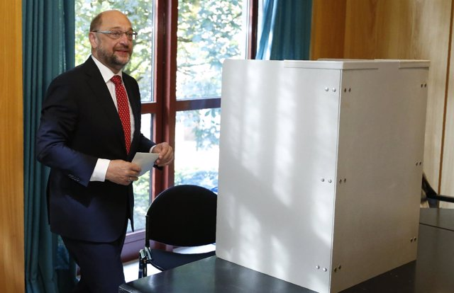 El líder del SPD, Martin Schulz, vota en las parlamentarias alemanas