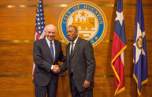 El presidente de BBVA, Francisco González, y el alcalde de Houston, Sylvester Tu