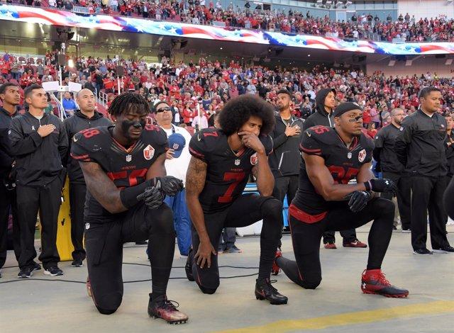 Colin Kaepernick hinca la rodilla durante el himno