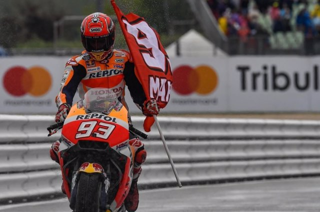 Marc Márquez bandera MotoGP