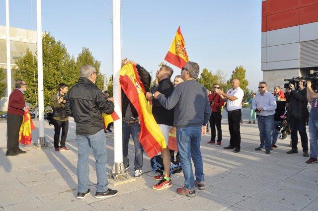 Manifestantes en la puerta del pabellón Siglo XXI.