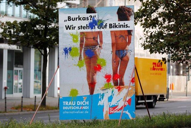 """Un cartel de AfD con el lema """"¿Burka? ¡Nos gustan los bikinis!"""""""