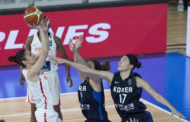 Alba Torrens lanza a canasta ante jugadores coreanas en el Preolímpico