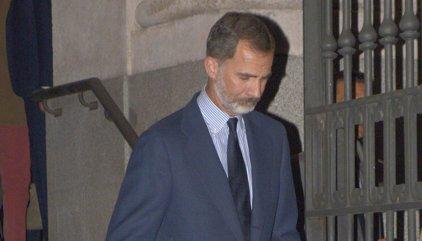 El Rey Felipe con semblante serio y apenado se despide de la que fue su tutora