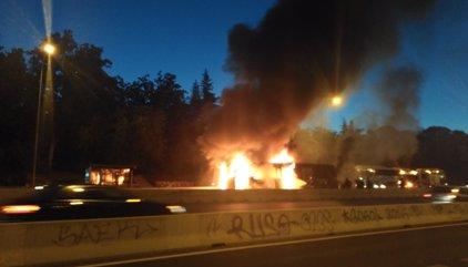 Aparatoso incendio de un autobús interurbano en el bus VAO de la A-6 sin heridos