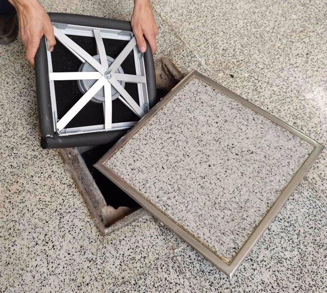 Patentan una tapa elástica que evita el escape de gases y malos olores de pozos