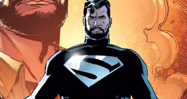 Superman con su traje negro