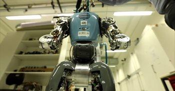 Este robot humanoide bípedo con juntas elásticas es capaz de sostenerse si le empujan