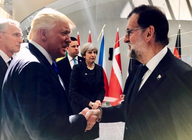 Mariano Rajoy saluda a Donald Trum en la cumbre de la OTAN