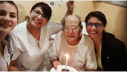 Un hombre de 84 años finge una cefalea, pero las enfermeras pronto descubren el verdadero y doloroso motivo de su visita