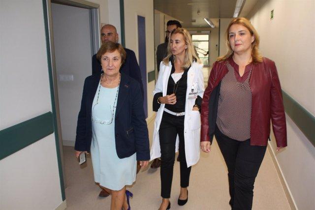 La consejera y la delegada de la Junta visitan a los afectados en el hospital